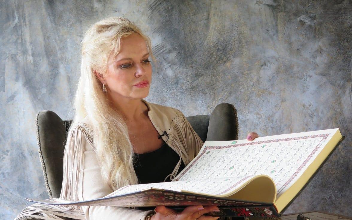 Hanne Nabintu Herland leser Koranen. Walid al-Kubaisi i studio.