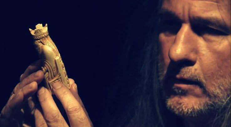 Ekspert på norrøne tradisjoner og forfatter, Lars Magnar Enoksen holder guden Tor i hendene. Fra innspillingen av TV serien Fryktløse Nordmenn.