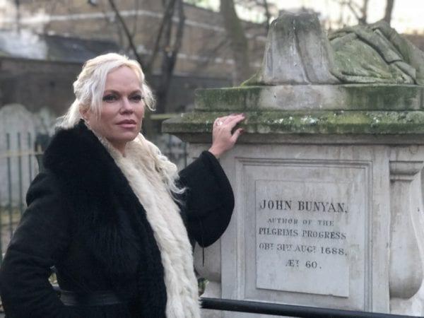 Nå kommer verdens kriser til Norge: Hanne Herland på John Bunyans grav.